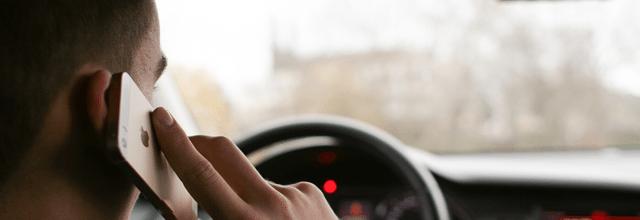 chłopak mężczyzna facet za kierownicą rozmawianie przez telefon jazda autem samochodem iphone mac jabłuszko apple