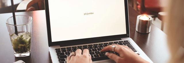 dziewczyna przy laptopie komputerze notebooku netbooku notebook netbook laptop komputer ekran stocki mohijto drink woda z miętą i cytryną