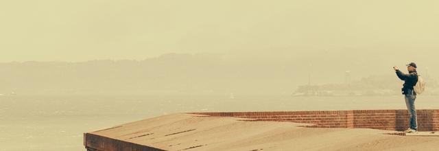 gęby gombrowicz etykiety przyklejane ludziom fotografia most pomost molo woda wakacje