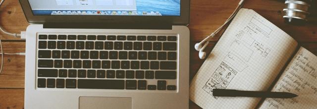 laptop klawiatura notebook zeszyt notatki miejsce pracy długopis zeszyt