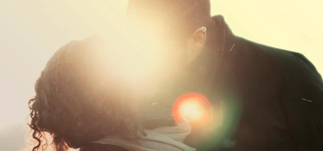 pocałunek romantyczny pierwszy calus całowanie para miłość słodko
