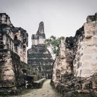 Vápencové stavby v Tikalu, El Petén, Guatemala (Mart Eslem)