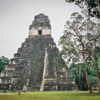 Chrám II nebo-li Chrám masek v Tikalu, El Petén, Guatemala (Mart Eslem)