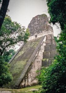 Chrám V - nejstarší chrámová pyramida v Tikalu, El Petén, Guatemala (Mart Eslem)