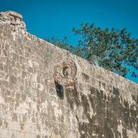 Prohození míče kruhem značilo překonání temnoty, Juego de Pelota, Chichén Itzá, Yucatán, Mexiko (Mart Eslem)