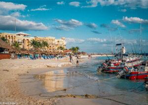 Přecpané letovisko Playa del Carmen, Mexiko (Mart Eslem)