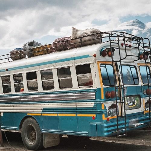 Zadní vchod do autobusu se používá i za jízdy, Guatemala (Mart Eslem)