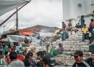 Schody před Iglesia de Santo Tomás, Chichicastenango, Guatemala (Mart Eslem)