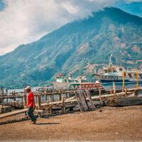 Přístaviště na břehu Lago de Atitlán, Guatemala (Mart Eslem)