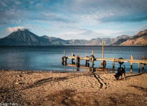 Klidné vody Lago de Atitlán, Panajachel, Guatemala (Mart Eslem)