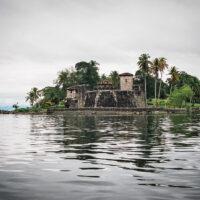 Pevnost El Castillo de San Felipe na břehu Lago de Itzabal, Guatemala (Mart Eslem)