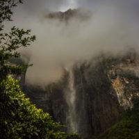 Salto Angel v mystickém oparu ranních mračen (Mart Eslem)