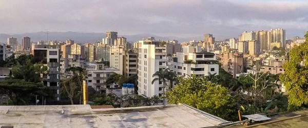 Svítání v Caracasu z okna hotelu Ávila (Mart Eslem)