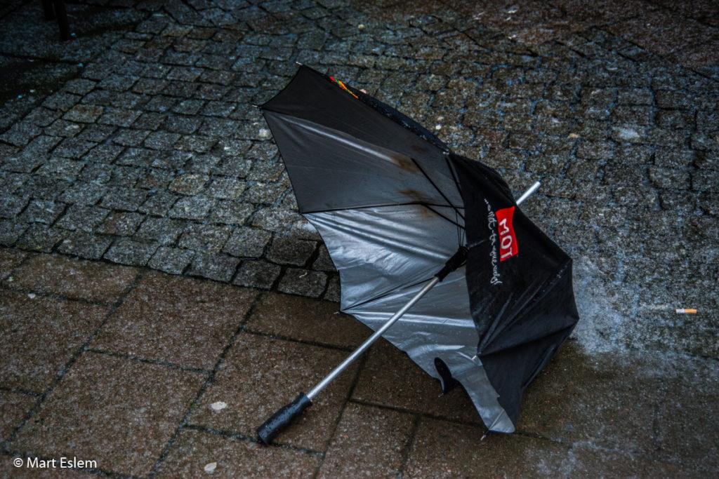 zahozený deštník v Bergenu (Mart Eslem)