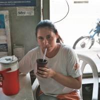 Paraguayská žena pijící yerba de maté – Asunción, Paraguay [Mart Eslem]