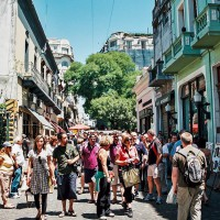 Na Calle Defensa je časté prodírání davem – San Telmo, Buenos Aires, Argentina [Mart Eslem]