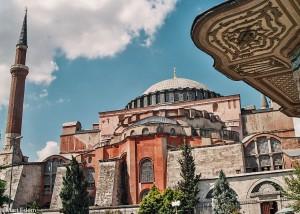 Přikrčená Hagia Sophia v Istanbulu (Mart Eslem)