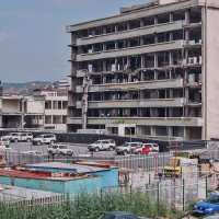 Parkoviště vozů OSN v Prištině (Mart Eslem)