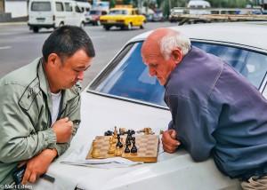 Taxikáři si krátí dlouhou chvíli v Kišiněvě (Mart Eslem)