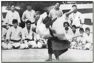 Shihan Jigoro Kano esegue uki-goshi