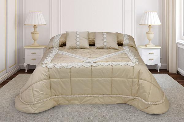 trapunta matrimoniale colore sabbia base taffettas piano letto velluto arricchito balza ricamata