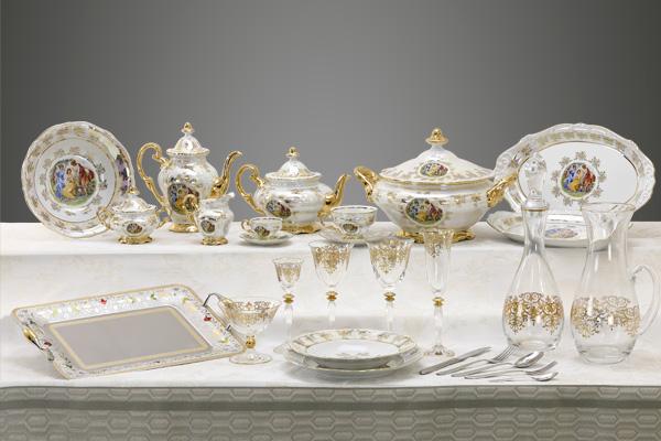 Completo piatti bicchieri e vassoi con decoro classico immagine giulia