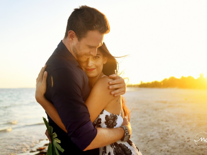 Beach engagement session at sunset in Chable Maroma, Mexico. Martina Campolo Photography