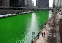 El río Chicago teñido de verde para la celebración del Día de San Patricio en 2005. Fuente: Wikipedia. Autor: Knowledge Seeker