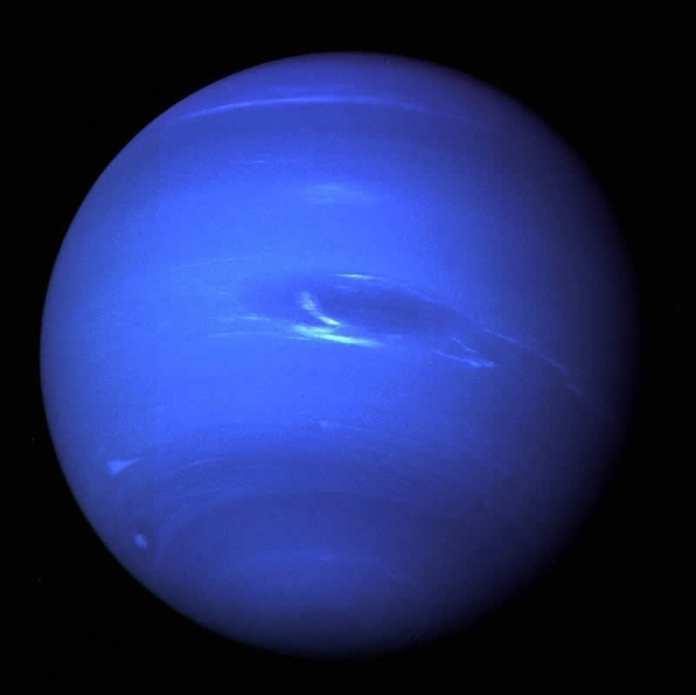 La nave espacial Voyager 2 de la NASA proporcionó la primera imagen de Neptuno y su luna, Tritón, en el verano de 1989. Image Credit: NASA