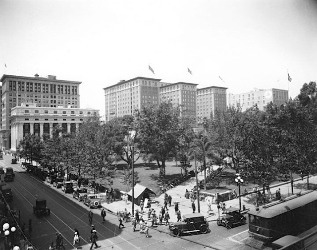 Pershing Square in 1930, looking northwest toward the Pacific Mutual Building and the Biltmore Hotel.