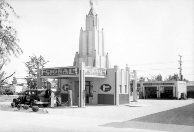 Signal Purr-Pull gas station with Art Deco tower, Beverly Hills, 1931