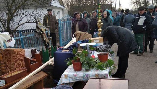 Activiștii schismatici ucraineni aruncă dintr-o casă parohială, în stradă, Sfânta Împărtășanie!