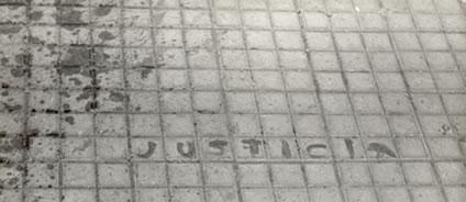 La palabra Justicia escrita con la sangre de uno de los asesinados