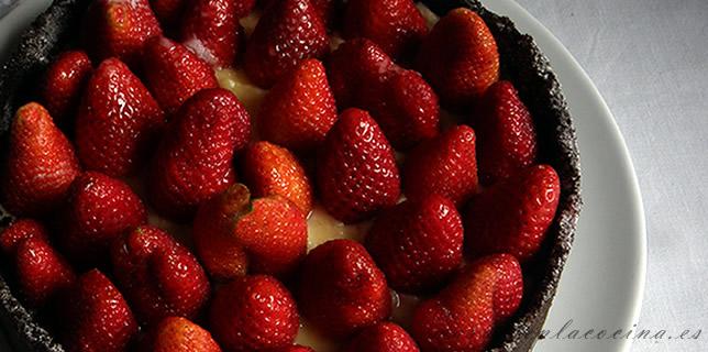 Tarta de crema pastelera de chocolate blanco y fresas sobre base de Oreo