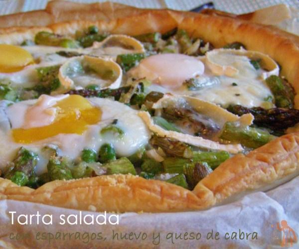 Tarta salada de esparragis trigueros, huevo y queso de cabra