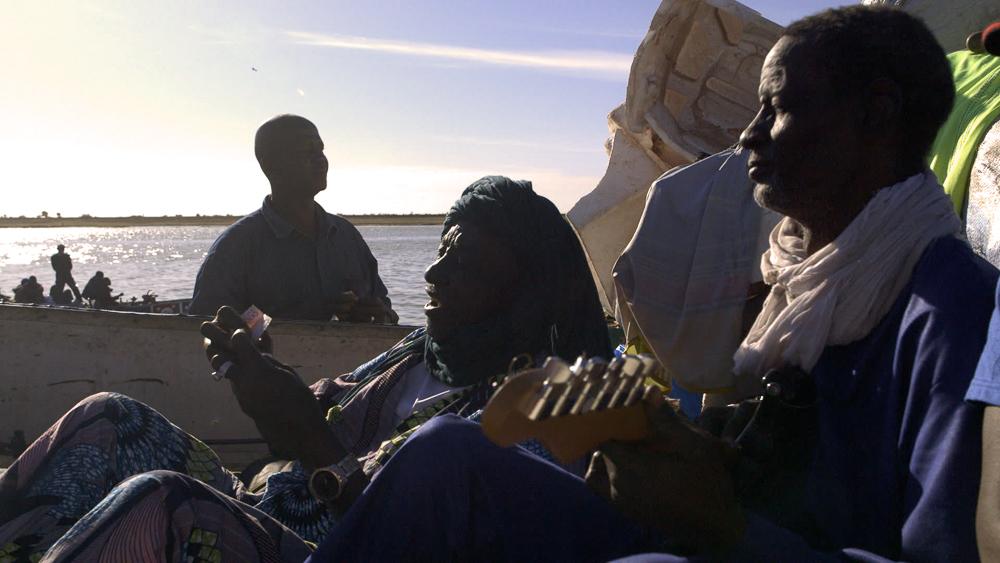 Gitarrist Jimmy Soubeiga (r.) auf einem Schiff auf dem Niger