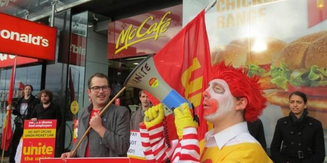 Trabalhadores do McDonald's lutam contra os contratos de trabalho precários