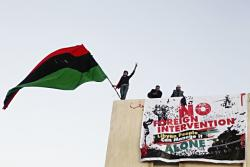 Pancarta en Benghazi contra intervención extranjera. Foto: Al Jazeera