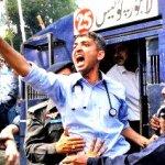 ینگ ڈاکٹروں پر پولیس کا وحشیانہ تشدد، چلو کہ ہر اِک زخم کو زباں کر لیں