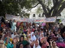 لاہور: تعلیمی اداروں کی نجکاری کے خلاف اساتذہ کا پنجاب اسمبلی کے سامنے احتجاجی دھرنا