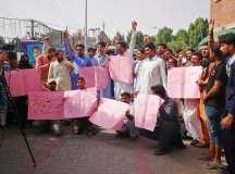ملتان: گورنمنٹ شہبازشریف ہسپتال میں ملازمین کی برطرفیوں کیخلاف احتجاج