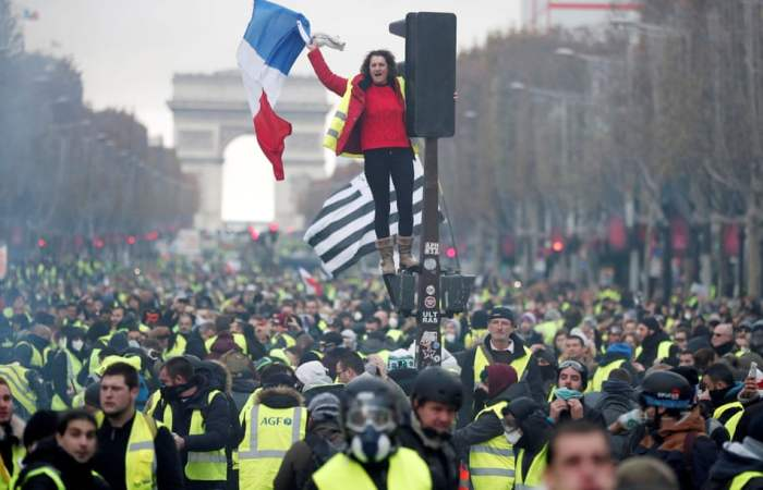 فرانس ''بغاوت کی کیفیت میں''، پیلی واسکٹ والے آگے بڑھتے ہوئے!