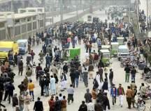 سانحۂ ساہیوال: مقتولین اور اہل علاقہ ریاستی اداروں کے خلاف احتجاج کرتے ہوئے
