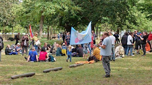 Camp Auflösung in der Nähe von Tipi am Kanzleramt, Kinder mit der Friedens-flagge rufen laut: Friede, Freiheit, Liebe !