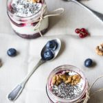 Summery compote with yoghurt and chia seeds / Composta estiva con yoghurt e semi di chia