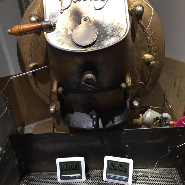 午前中は餅搗き。午後は焙煎です。温度計を入れて見てます。#masas_factory