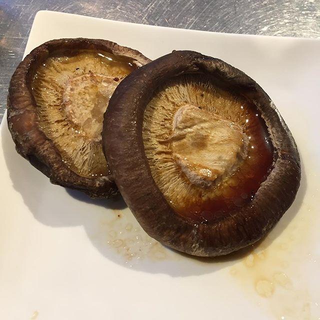 小腹が減ったので、椎茸のバター醤油焼きを食べる。