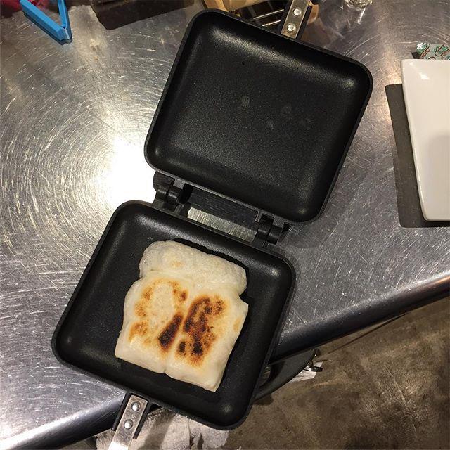 ホットサンドプレートで、餅を焼く。