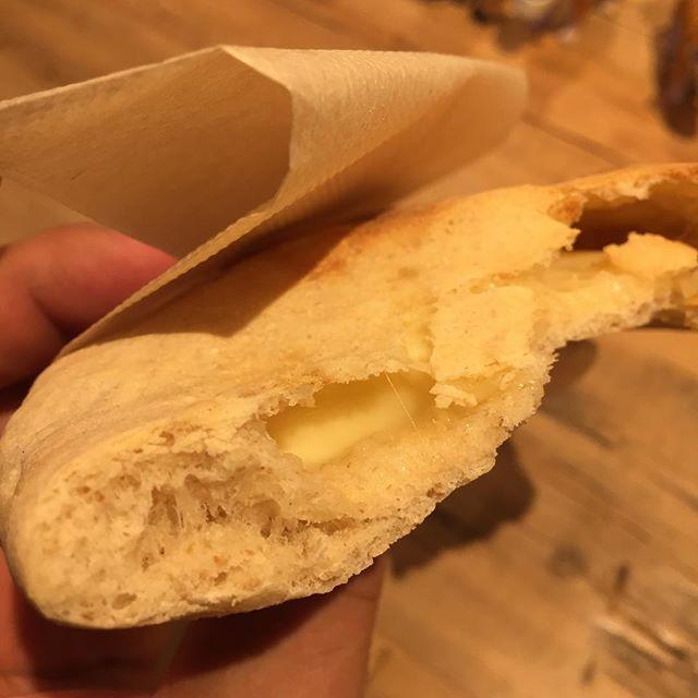 ようやくまかないます。ピタパンにチーズをタップリ詰めて焼く。まるでチーズナンですw