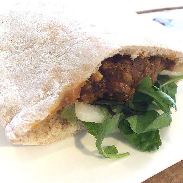 お昼は @iko1012 ちゃんに貰ったピタパンに、キーマカレーをたっぷりと詰めて。#masasfactory